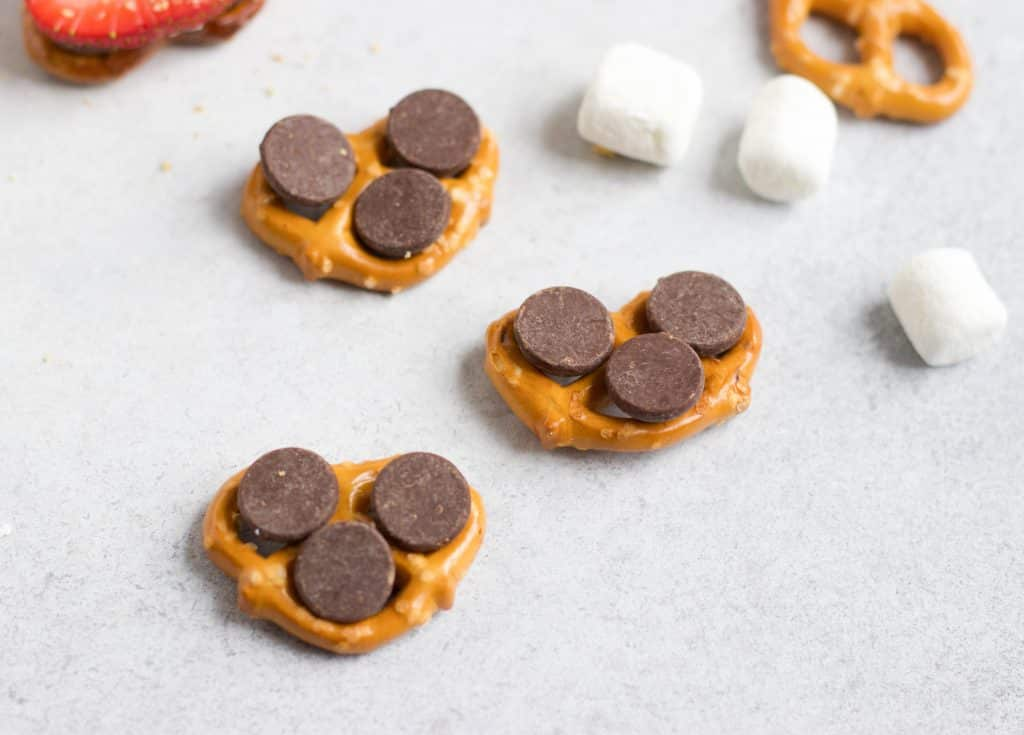 Strawberry S'mores Pretzel Bites. You don't need a campfire to enjoy a S'more! These are ready in minutes straight from the oven. A new twist on the classic! #smores #pretzels #sweettreats